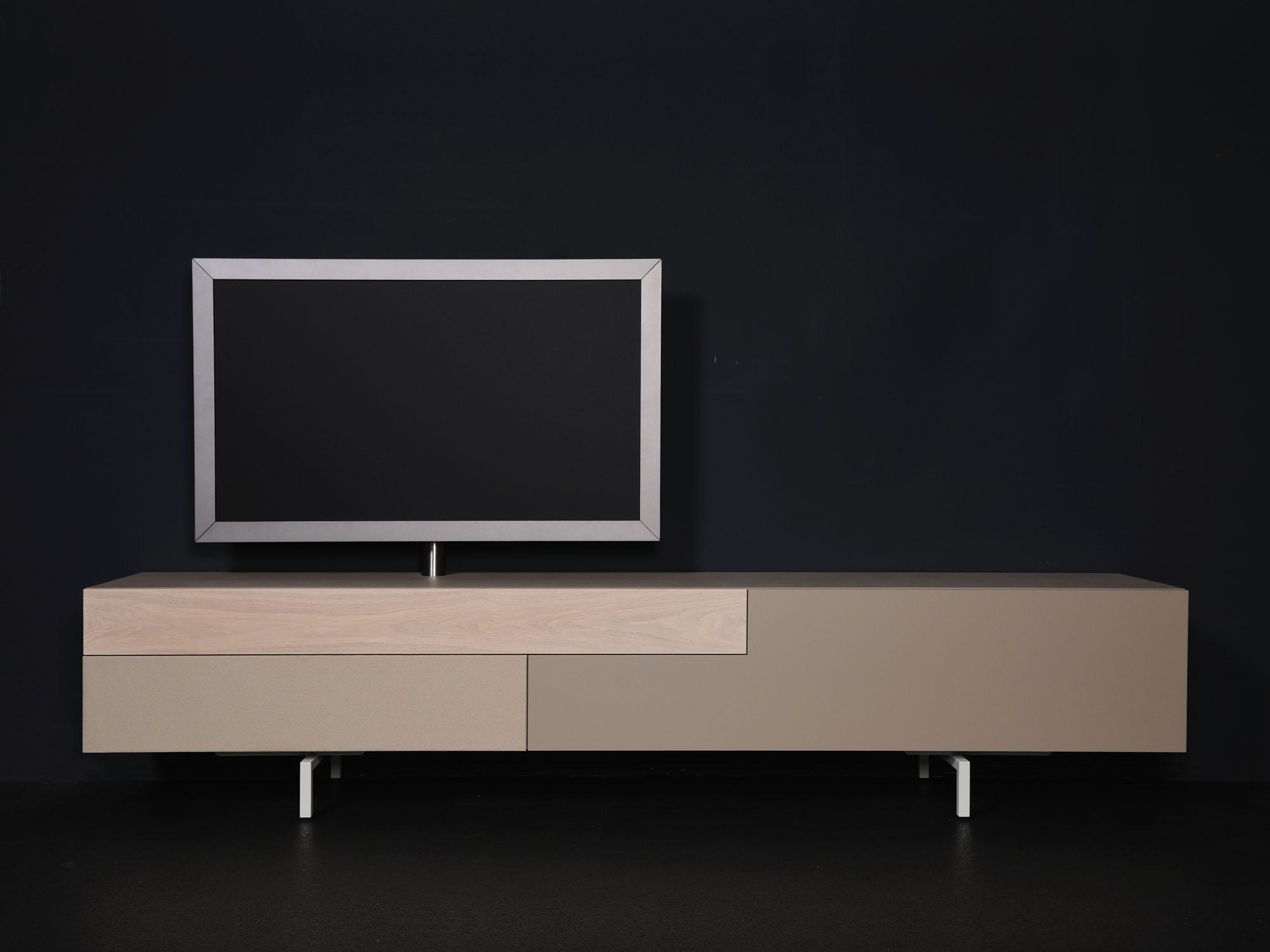 SOLO met TV-paal, en Lucia speakerstof, ontwerp door Castelijn Team