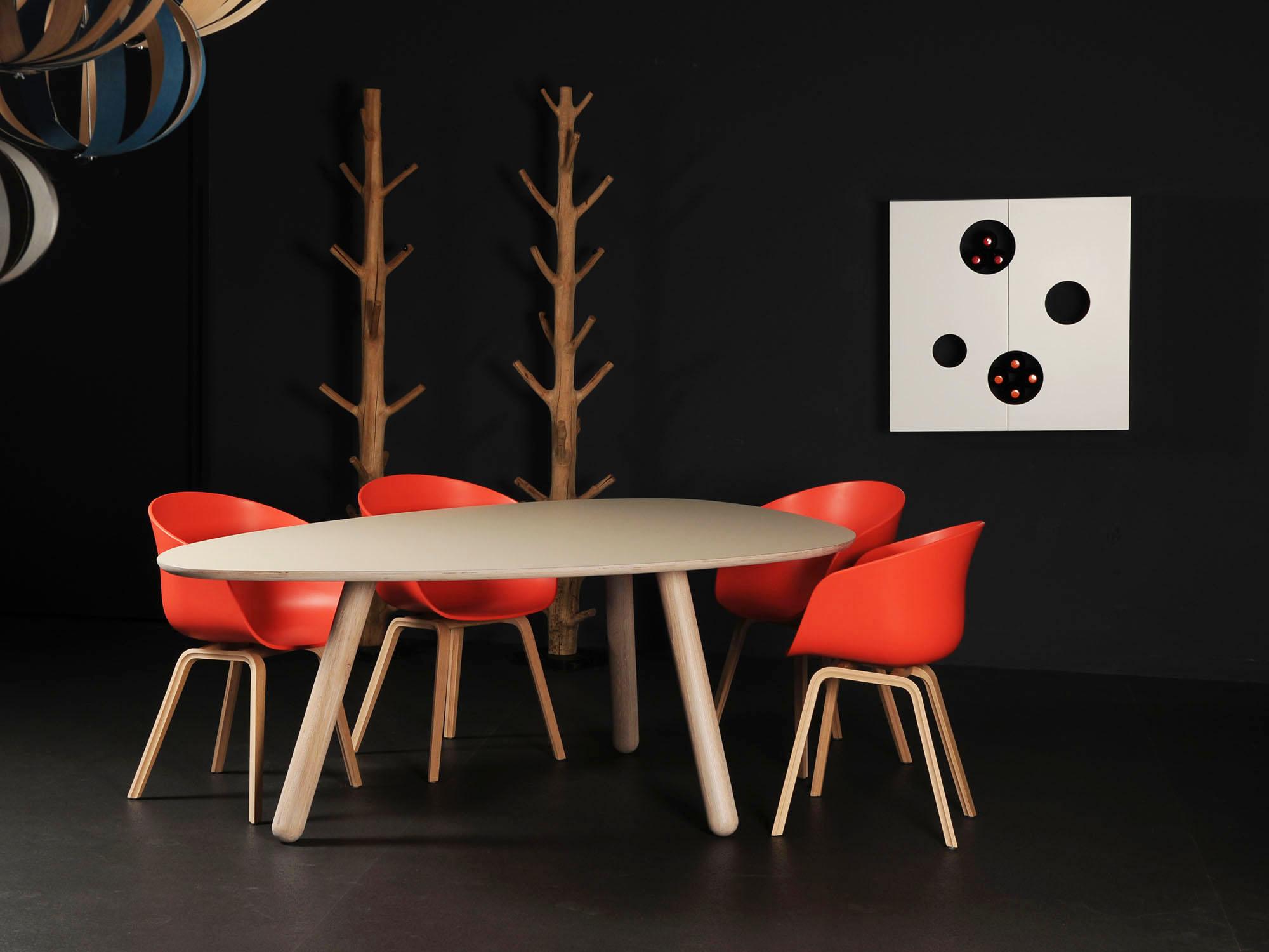 CIRCLIPS-2 tafel en KAAST-kast, ontwerp door Dick Spierenburg, Karel Boonzaaijer en Coen Castelijn
