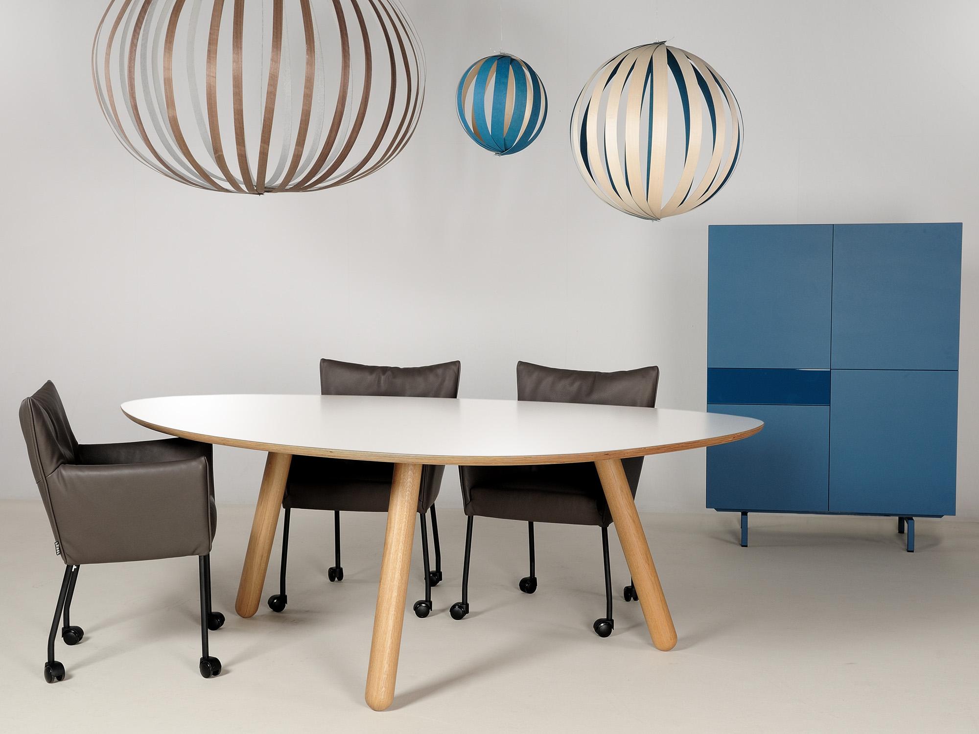 CIRCLIPS-2 tafel en SOLO-kast, ontwerp door Dick Spierenburg, Karel Boonzaaijer en Castelijn Team