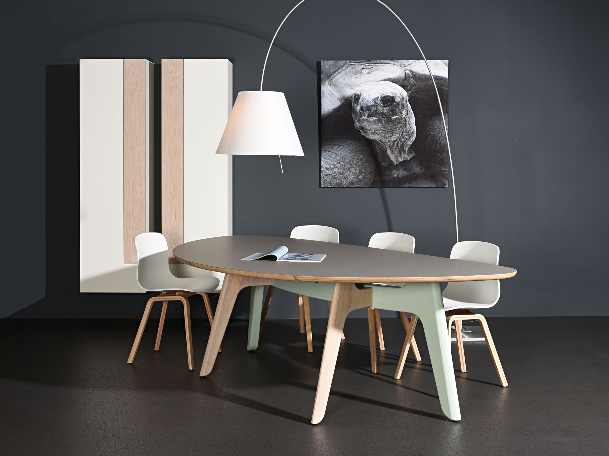 FOLIANT-tafel en SOLO-torenkasten, ontwerp door Dick Spierenburg en Castelijn Team