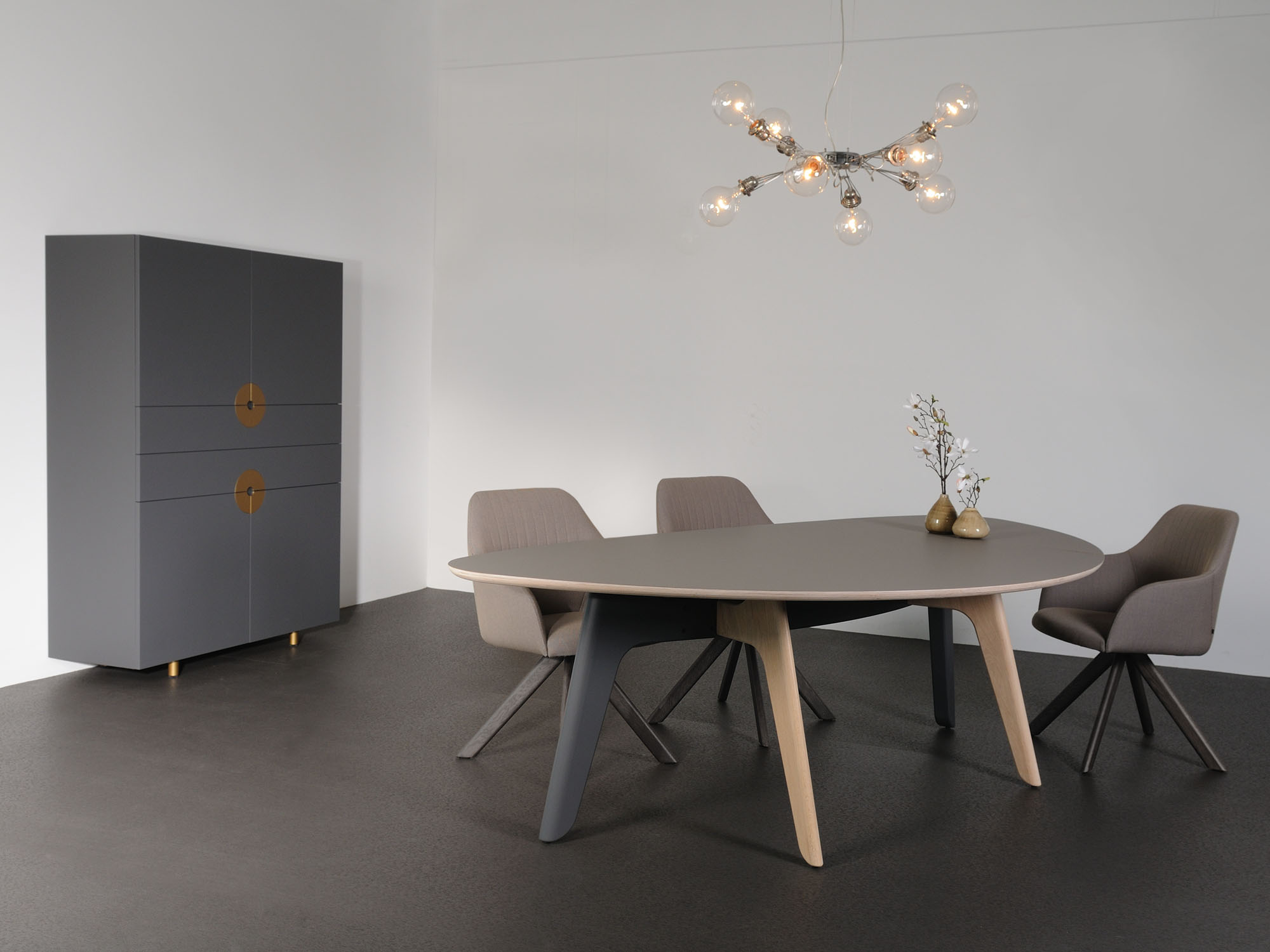 FOLIANT-tafel en DISK-AA kast, ontwerp door Dick Spierenburg