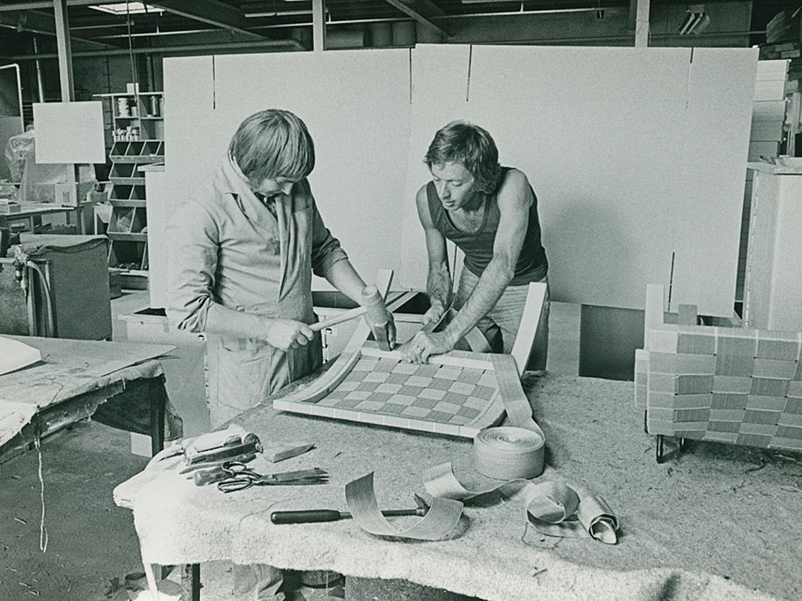 1974, Hein en Gijs bespannen de klassieke vouw fauteuil.