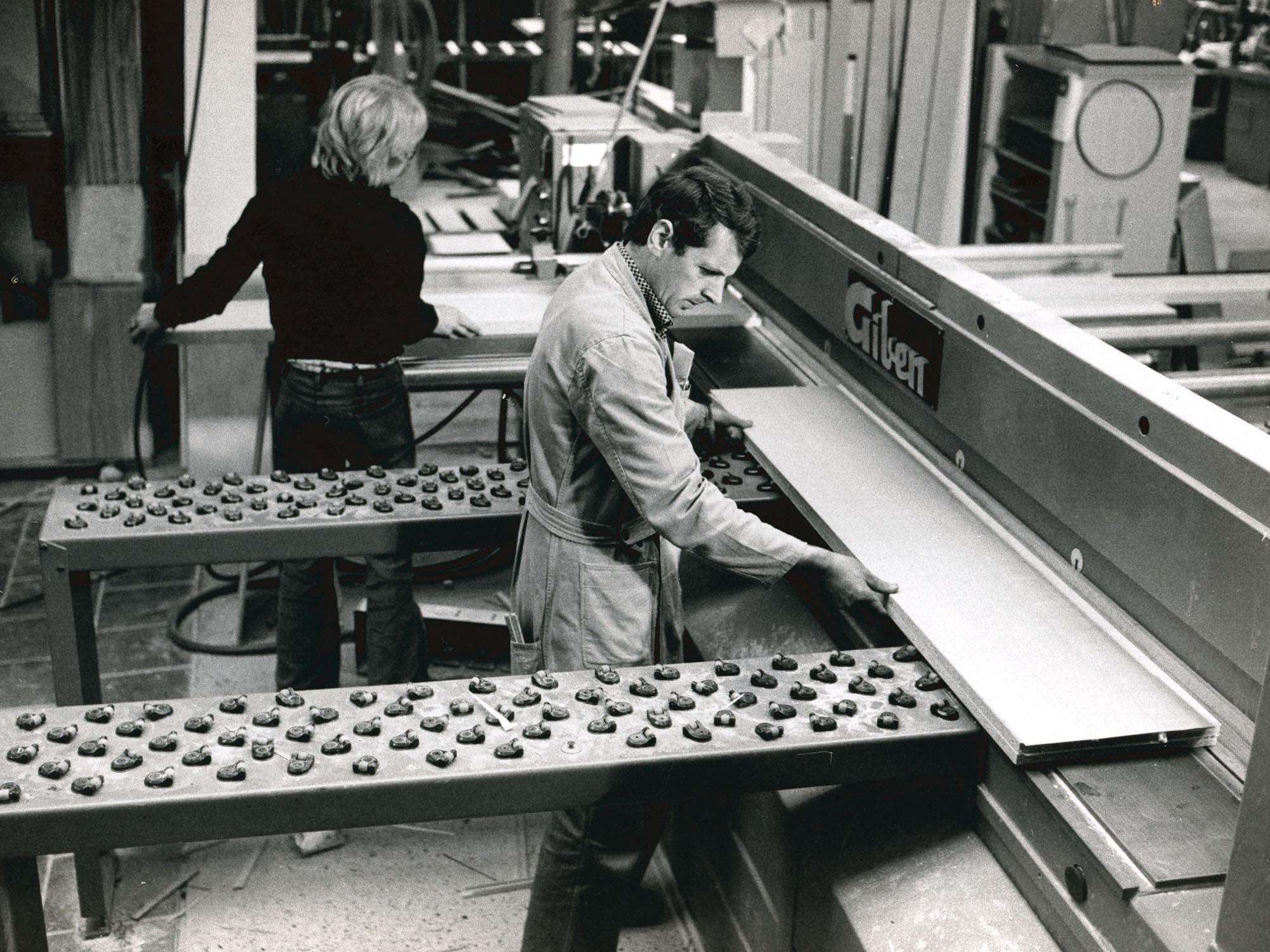 1975, Leo en Giel aan de opdeelzaag.