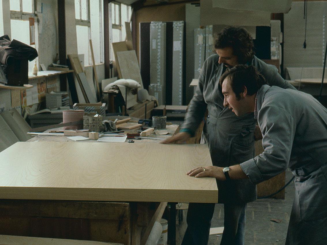 1976, Jan en Sjaak controleren de kwaliteit.