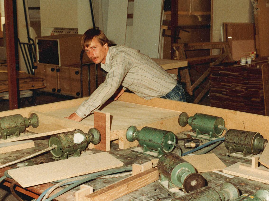 1978, Gerard lijmt lijsten met de opsluitbank.