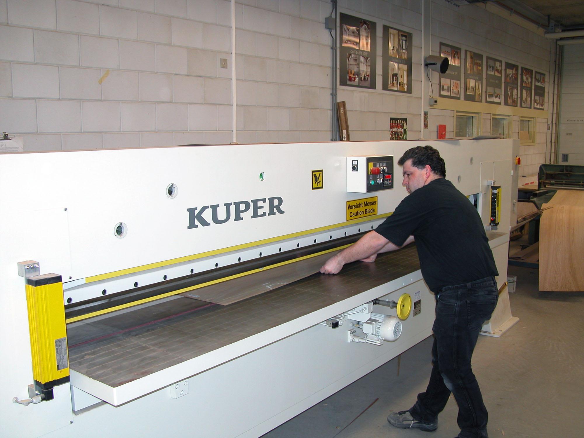Fineerknippen in de Castelijn fabriek in Roelofarendsveen
