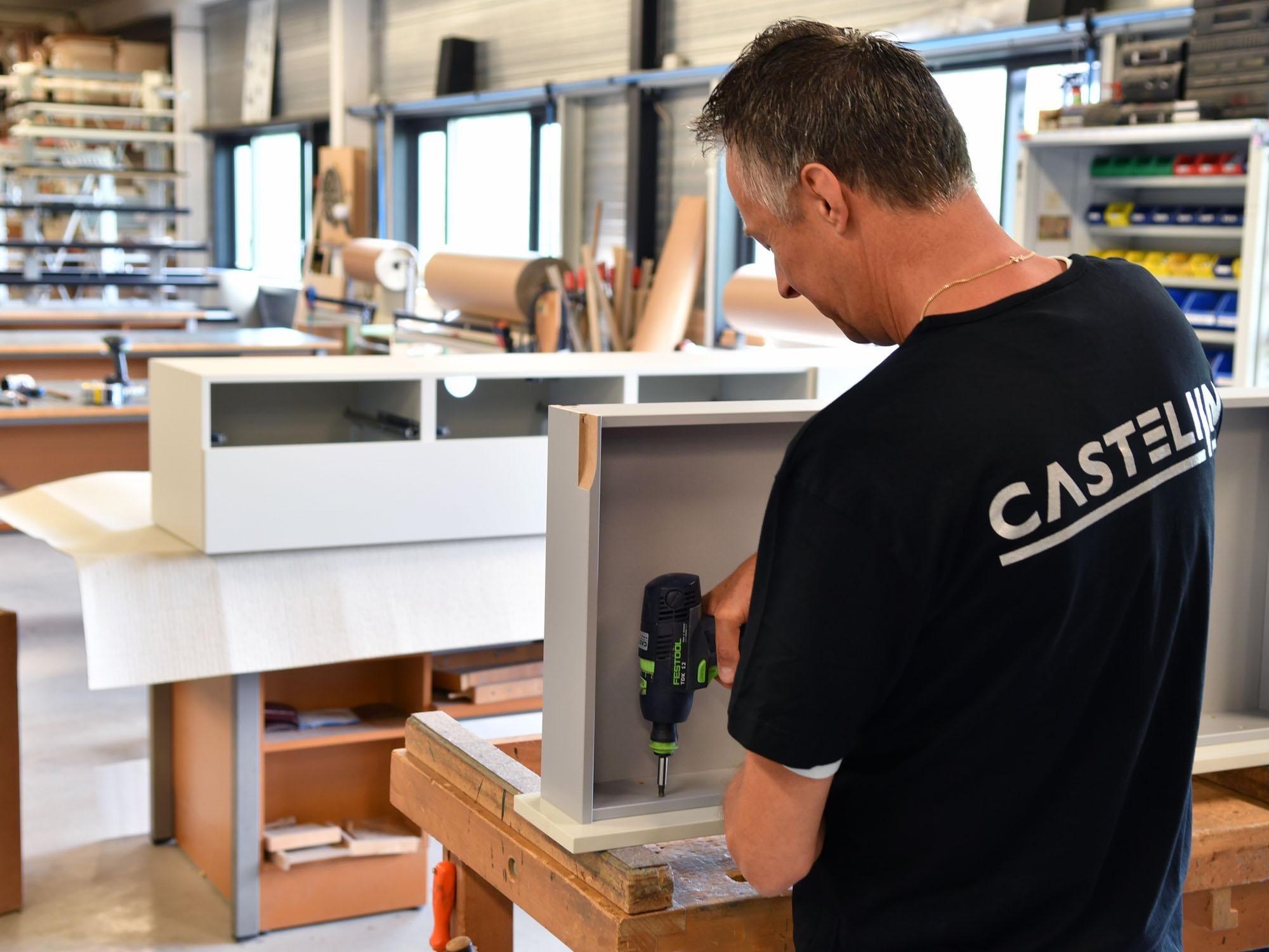 De meubels worden bij de afmontagehal grotendeels gemonteerd waarna ze klaar zijn voor transport
