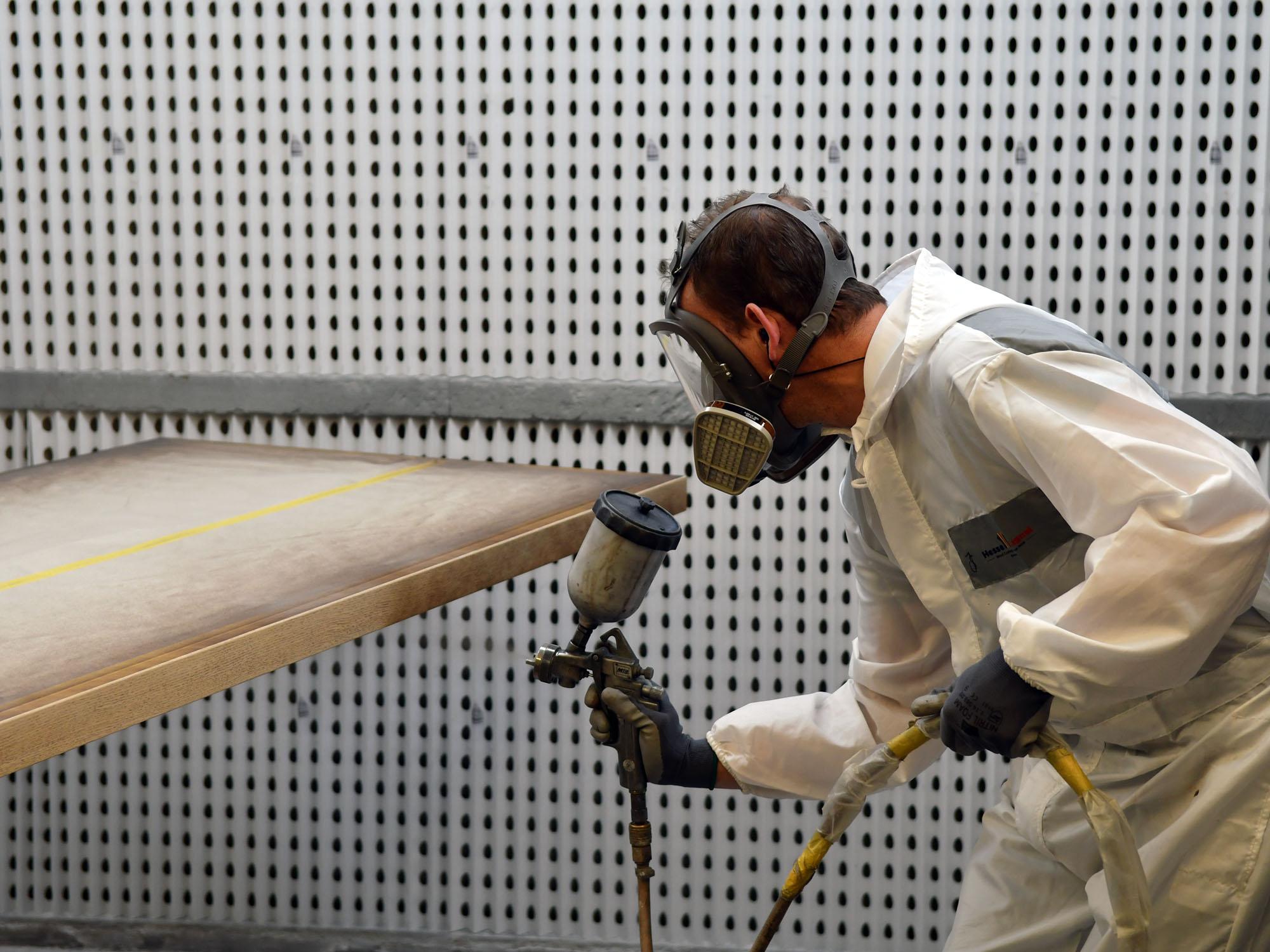 Het spuiten van panelen in de Castelijn fabriek in Roelofarendsveen